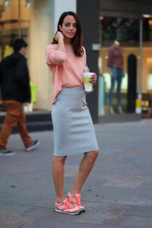 Серая юбка и персиковая блузка