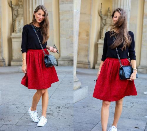 Белые кроссовки и красная юбка