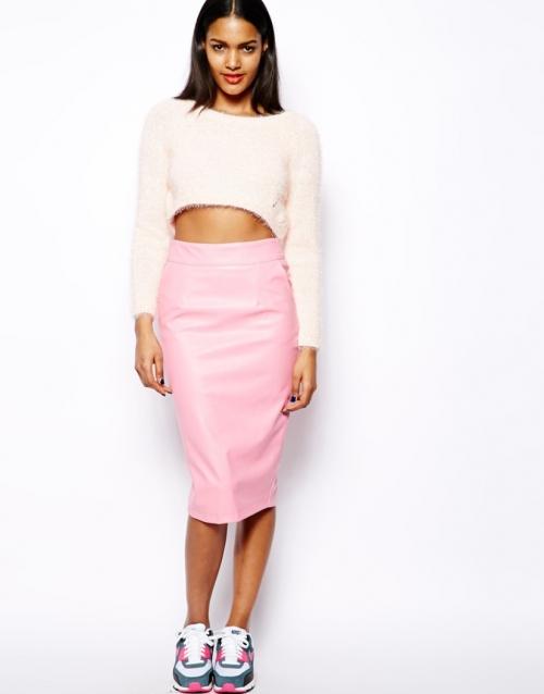 Кроссовки и розовая юбка