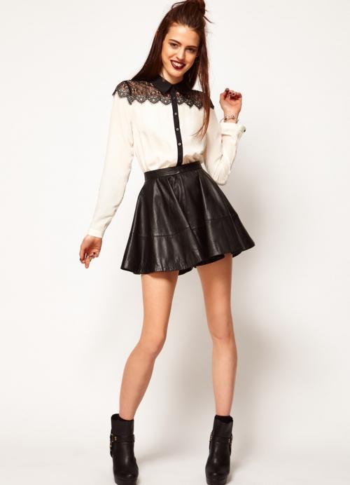 Белая блузка и черная кожаная юбка