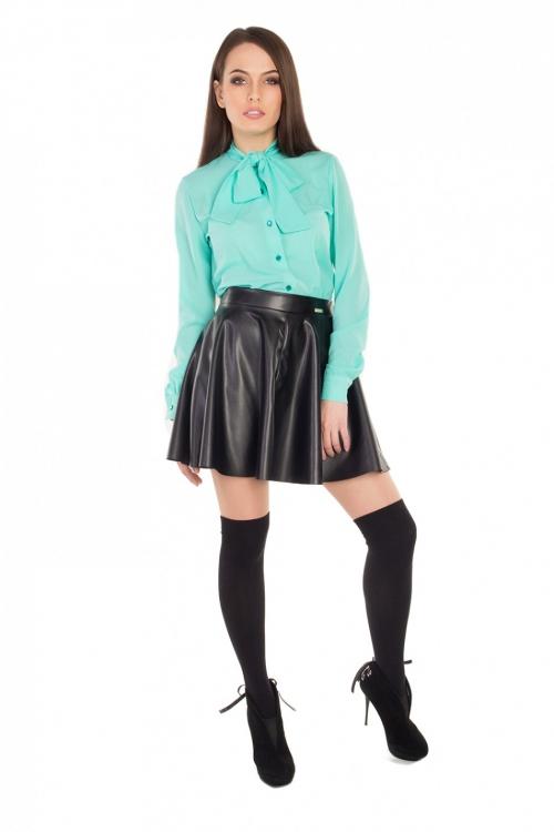 Черная кожаная юбка и бирюзовая блузка