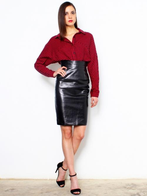 Бордовая рубашка и черная кожаная юбка