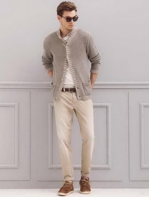 Бежевые брюки на мужчине