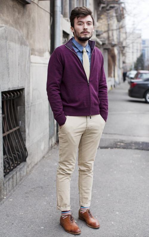 Бежевые брюки и вишневый верх