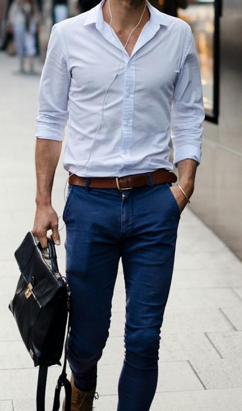Синие брюки и белая рубашка