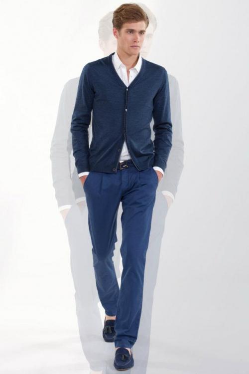 Синие брюки и темный пиджак