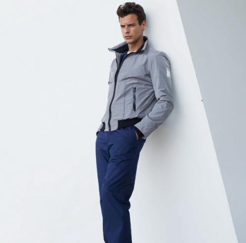 Синие брюки с серой курткой
