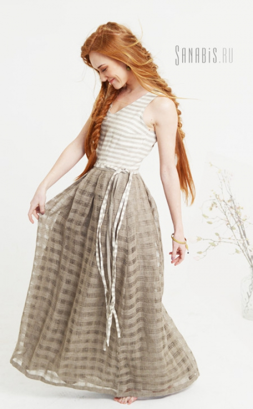 Девушка в нарядной льняной юбке
