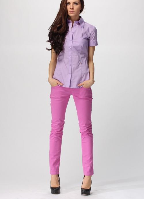 Розовые джинсы и фиолетовая рубашка