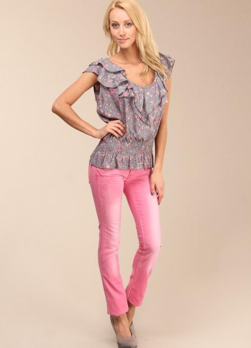 Розовые джинсы и серая рубашка