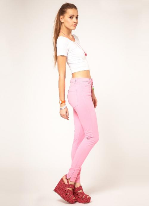 Розовые джинсы и белая футболка