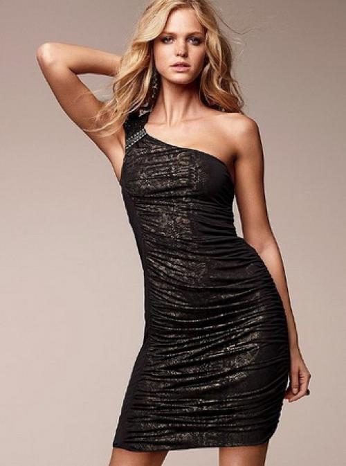 Обтягивающее черное платье до колен