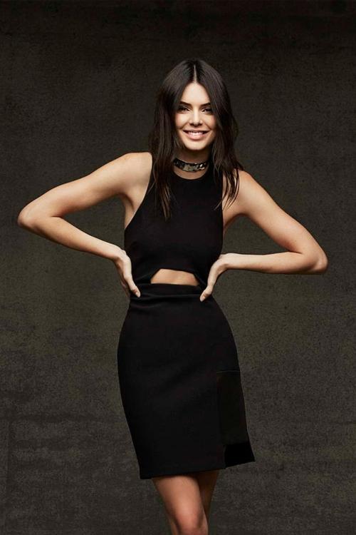 Девушка в черном платье до колен