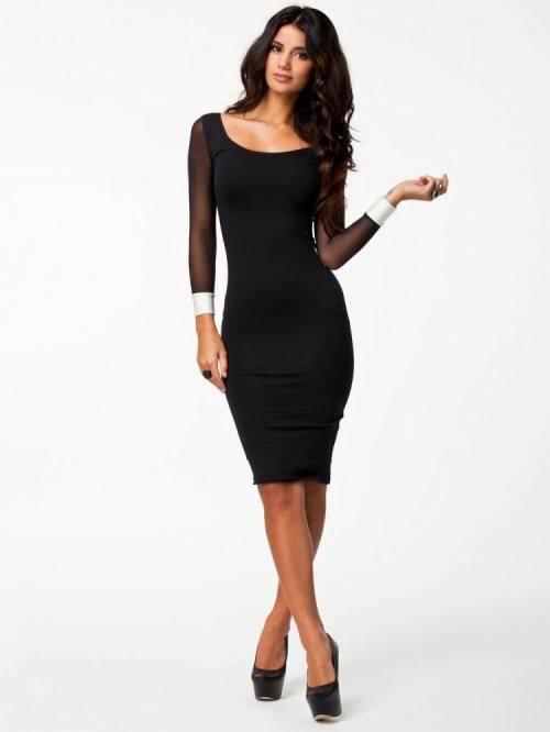 Черное обтягивающее платье до колен