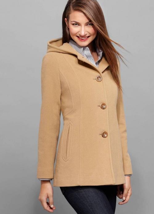 Короткое бежевое пальто и брюки