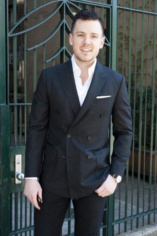 Мужчина в черном деловом костюме с пиджаком