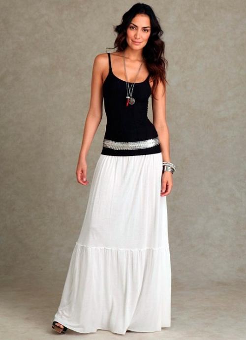 Девушка в белой юбке А-силуэта