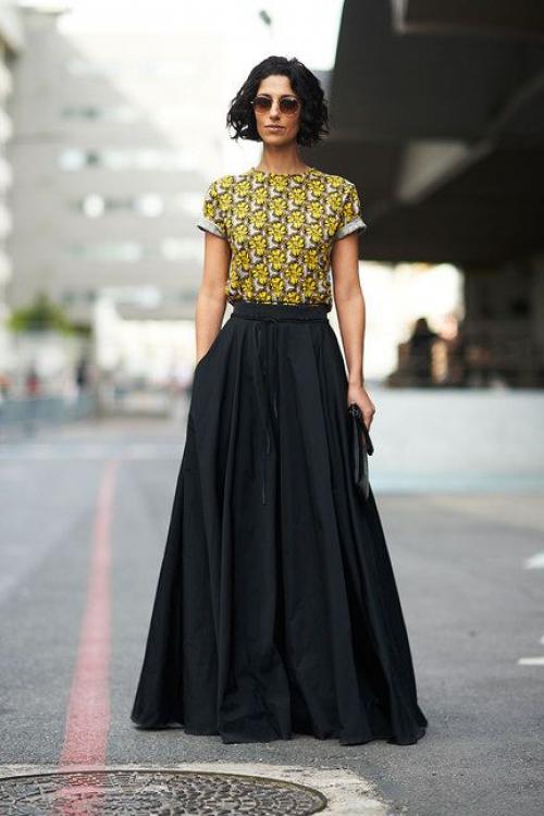 Девушка в черной юбке А-силуэта