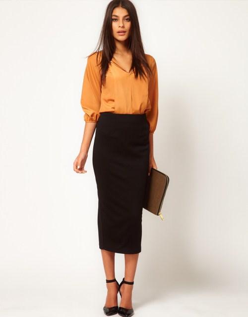 Черная длинная юбка-карандаш и оранжевая блузка