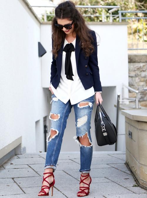 Девушка в пиджаке и рваных джинсах