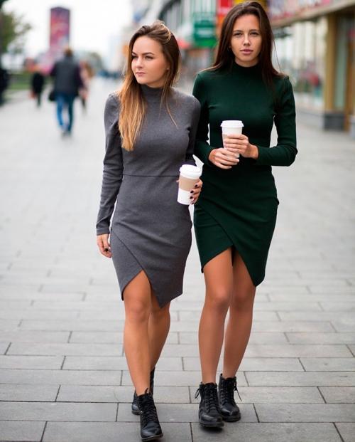 Девушки в  платьях-водолазках