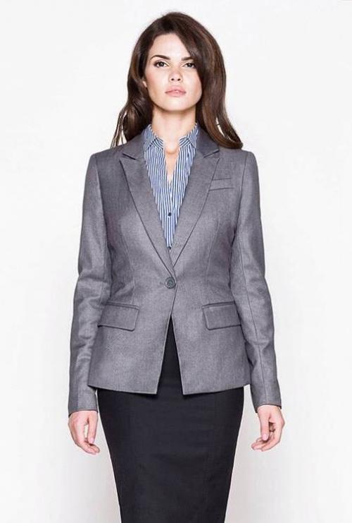 Серый деловой пиджак на женщине