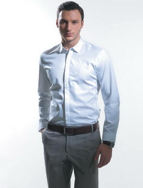 Светло-серые брюки и белая рубашка