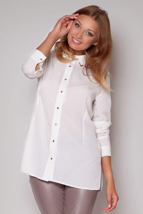 Девушка в длинной блузке и кожаных брюках