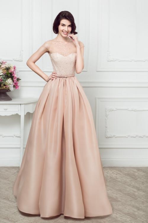 Девушка в пудровом платье