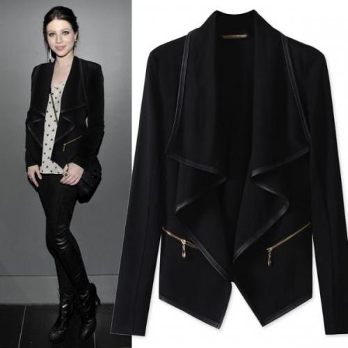 Черный пиджак с костюмом на девушке