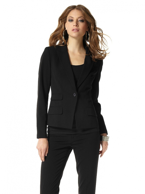 Девушка в черном пиджаке