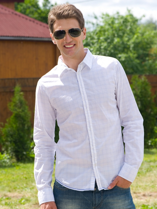 Мужчина в рубашке навыпуск