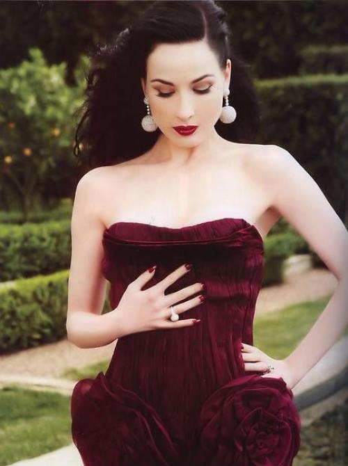 Бордовое платье винного оттенка на Дите фон Тиз