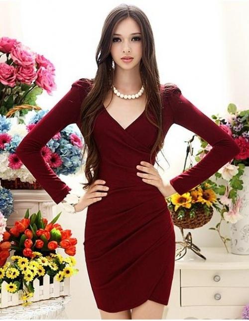 Девушка в коротком бордовом платье