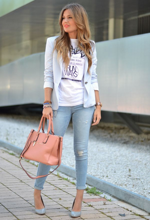 Девушка в коротком голубом пиджаке