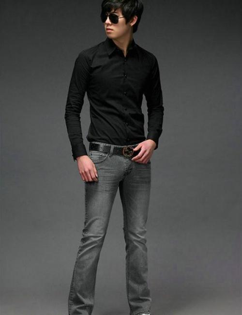 Черная рубашка и серые брюки