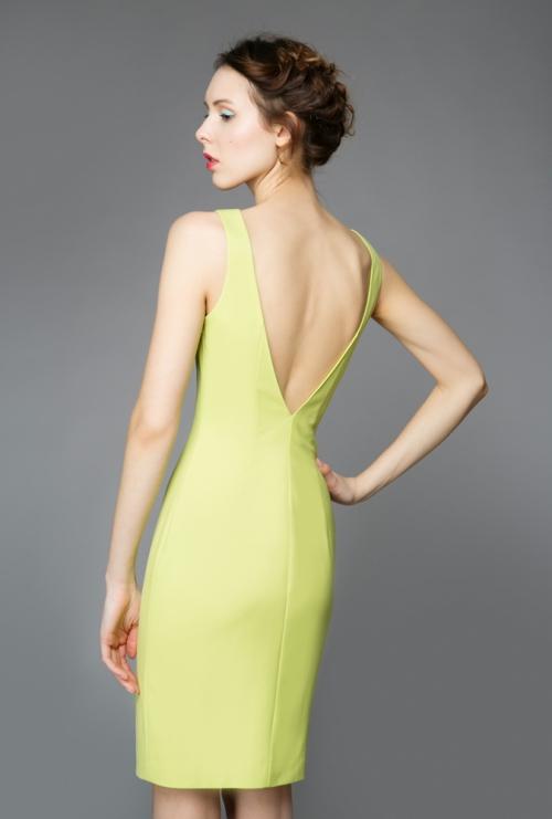 Бледно-салатовое платье на девушке