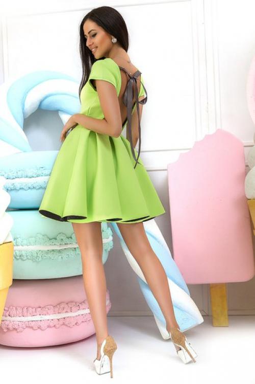 Девушка в коротком салатовом плтье