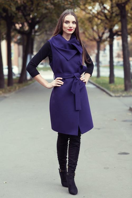 Девушка в фиолетовом пальто-жилете