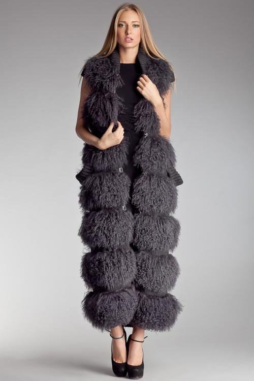 Девушка в длинном темном меховом пальто