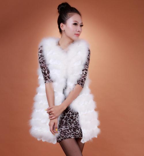 Девушка в белом меховом пальто без рукавов