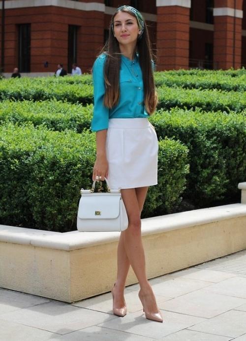 Белая юбка и бирюзовая рубашка