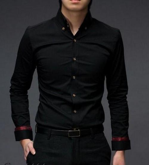 Черная рубашка с красными полосками