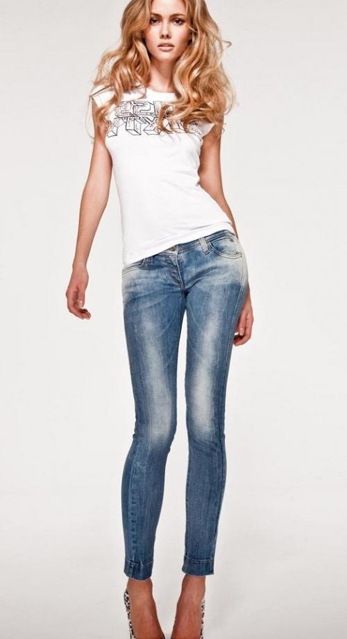 Девушка в узких джинсах