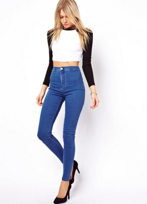 Высокие синие джинсы