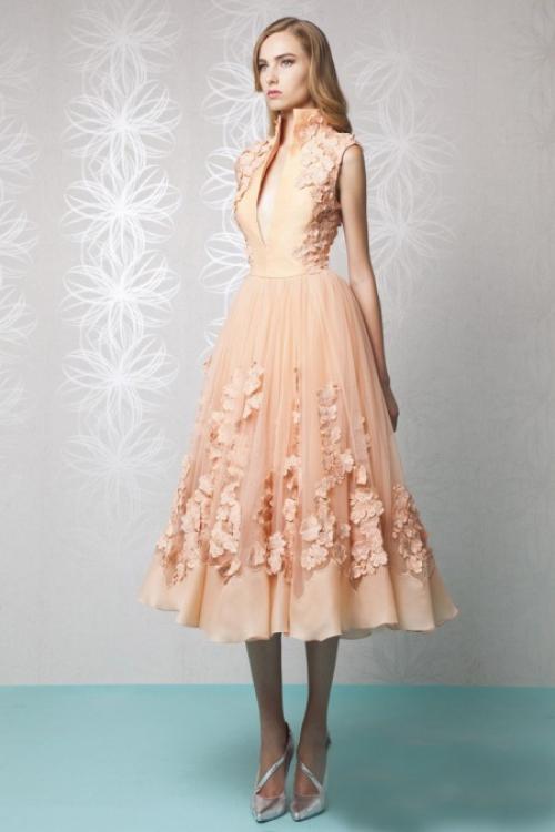 Персиковое платье на девушке