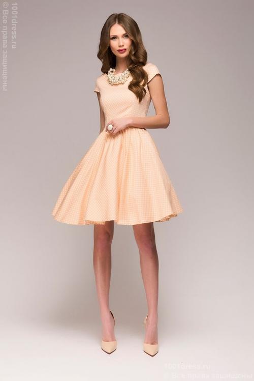 Девушка в коротком персиковом платье