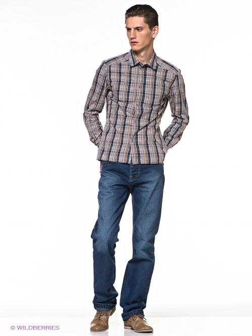 Мужчина в джинсах и рубашке в клетку