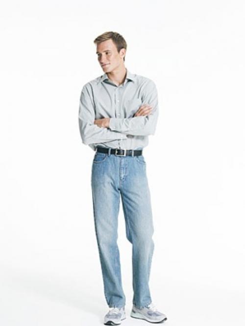 Мужчина в светлых джинсах и рубашке