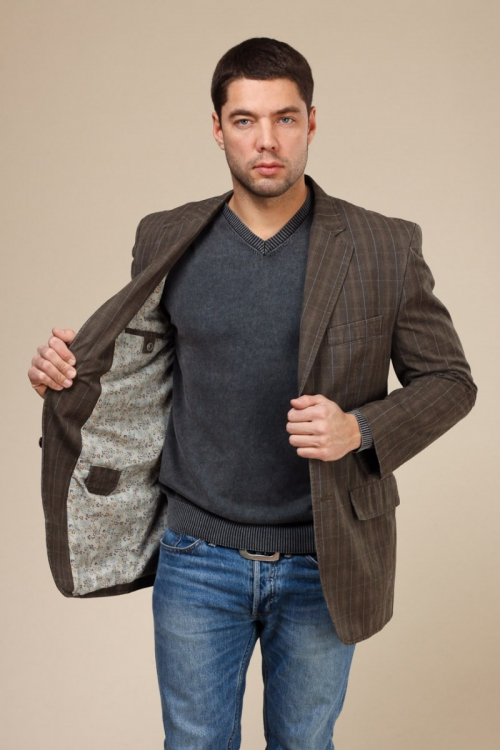 Мужчина в пиджаке и джинсах